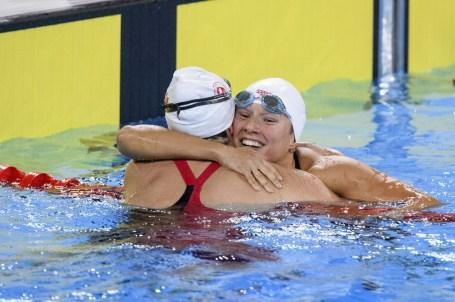 Danica Ludlow, à gauche, et Alyson Ackman se serrent dans leurs bras après avoir pris les deuxième et troisième rangs au 400 m style libre aux Jeux panaméricains de Lima, au Pérou, le 7 août 2019. Photo : Vincent Ethier/COC