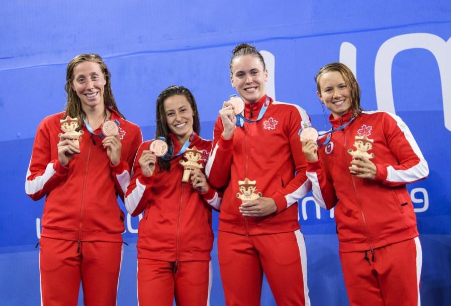 Alexia Zevnik, Katerine Savard, Haley Black et Alyson Ackman posent avec leur médaille de bronze après le relais style libre 4 x 100 m aux Jeux panaméricains de Lima, au Pérou, le 7 août 2019. Photo : Vincent Ethier/COC