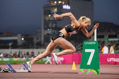 Sage Watson célèbre sa victoire au 400 m haies à Lima 2019