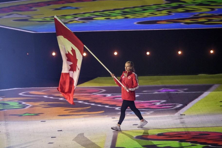 Ellie Black porte le drapeau à la cérémonie de fermeture aux Jeux panaméricains de Lima, au Pérou, le 11 août 2019. Photo : Vincent Ethier/COC