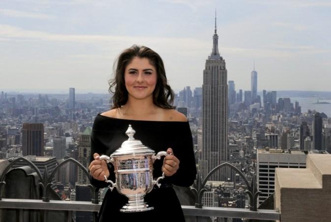 Bianca Andreescu montre son trophée, la ville de New York en arrière-plan