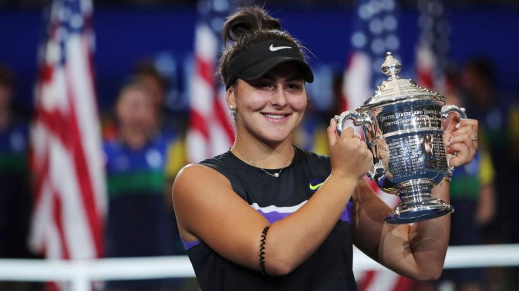 Bianca Andreescu, du Canada, avec son trophée après avoir défait Serena Williams, des États-Unis, en finale du simple dames du US Open