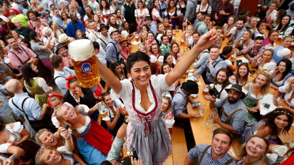 Une femme célèbre le début de l'Oktoberfest à Munich avec une bière à la main