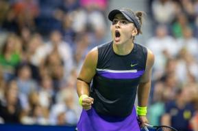 Bianca Andreescu célèbre un point lors d'un match de tennis