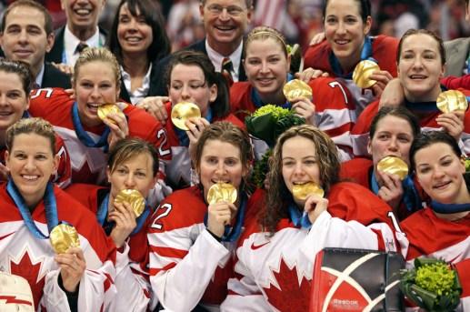 Les Canadiennes posent pour une photo de groupe et montrent leurs médailles