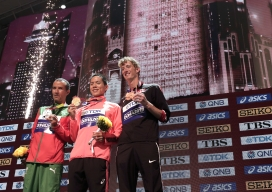 Joao Vieira, Yusuke Suzuki et Evan Dunfee tenant leur médailles après le 50 km marche aux Mondiaux de l'IAAF