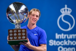 Denis Shapovalov pose avec son trophée