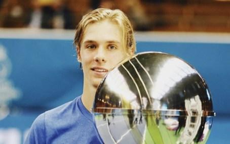 Denis Shapovalov pose avec son trophée.