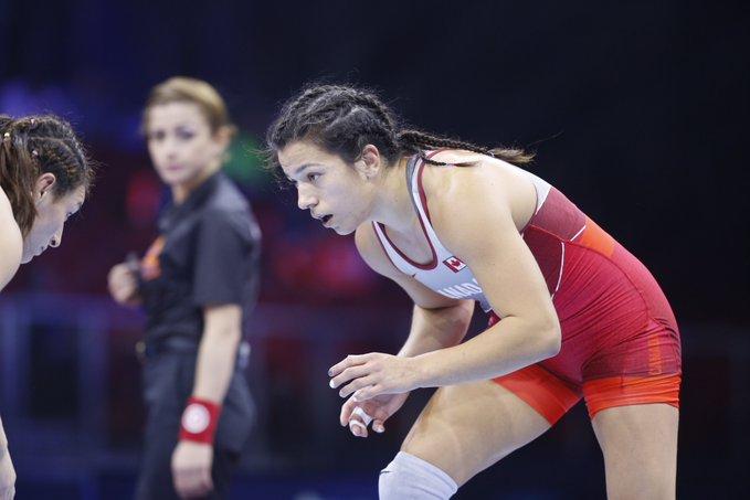 Justina Di Stasio en action lors d'un match de lutte