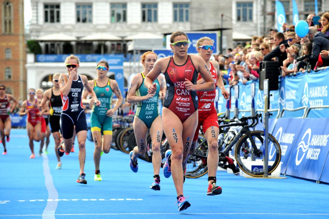 Des triathlètes en action à la portion de la course