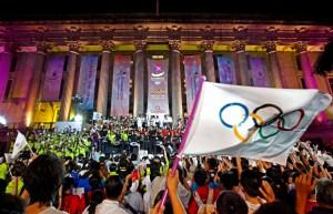 Le drapeau olympique sur fond de rassemblement