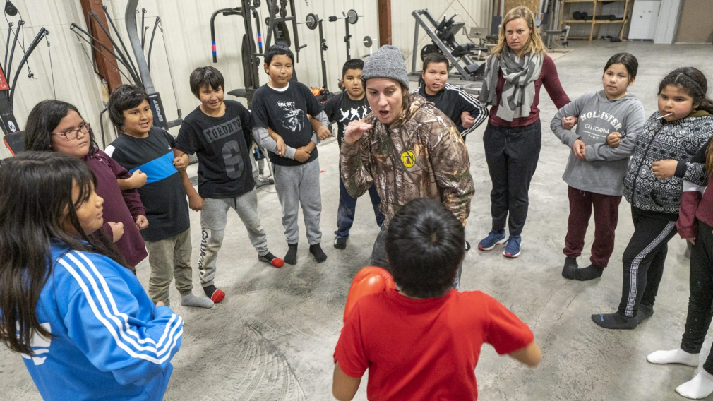Mary Spencer enseigne la boxe à des élèves du primaire des Premières Nations