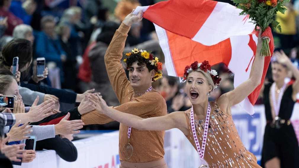 Gilles et Poirier font des tope-là à la foule après avoir remporté l'or