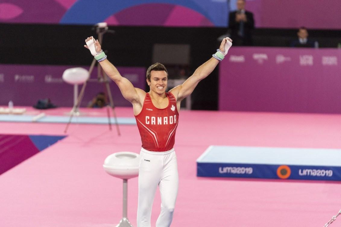 Un gymnaste salue la foule