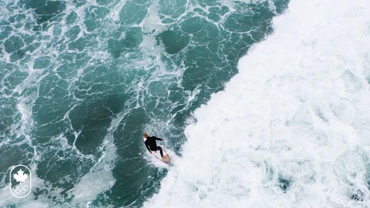 Vue à vol d'oiseau, une surfeuse en action.