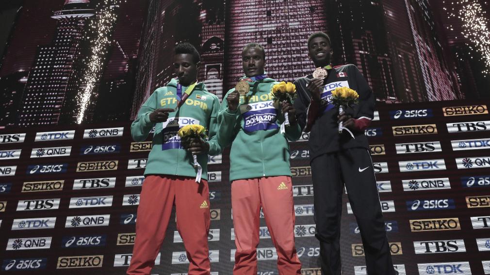 Muktar Edris (centre), Selemon Barega (gauche), et Mohammed Ahmed (droite) reçoivent leur médaille