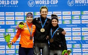 Isabelle Weidemann, Carlijn Achtereekte et Ivanie Blondin posent sur le podium avec leurs médailles