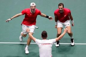 Denis Shapovalov et Vasek Pospisil célèbrent leur victoire contre l'Australie