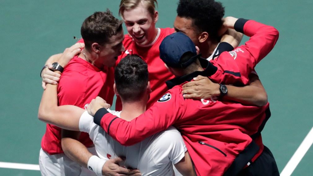 Équipe Canada célèbre sa victoire en demi-finale de la coupe davis