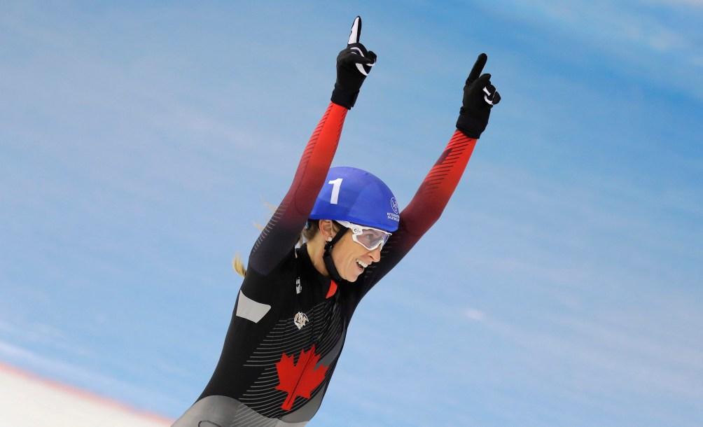 Ivanie Blondin, bras en l'air, célèbre une victoire