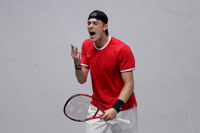 Denis Shapovalov célèbre un point lors de son match de finale contre Rafael Nadal à la Coupe Davis, à Madrid, en Espagne, le 24 novembre 2019. (AP Photo/Bernat Armangue)