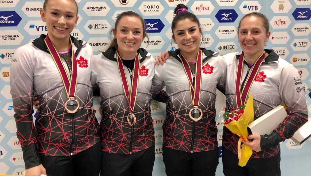 L'équipe Canadienne de trampoline pose avec sa médaille de bronze