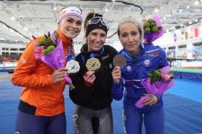 Ivanie Blondin et les deux autres médaillées posent après le départ groupé