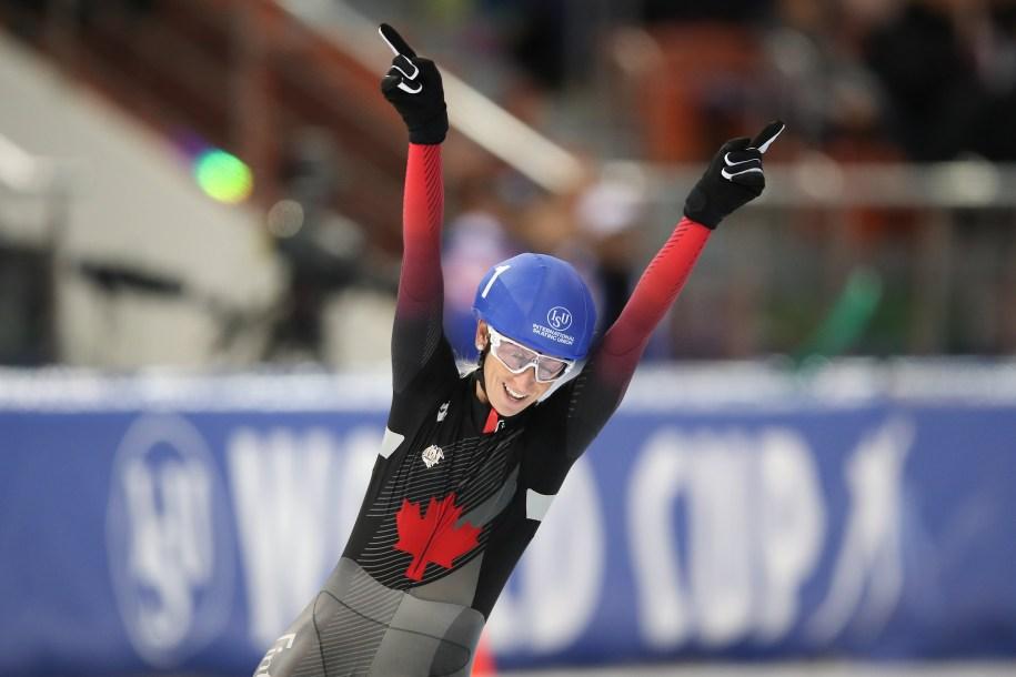 Ivanie Blondin, bras en l'air, célèbre après avoir gagné le départ groupé.