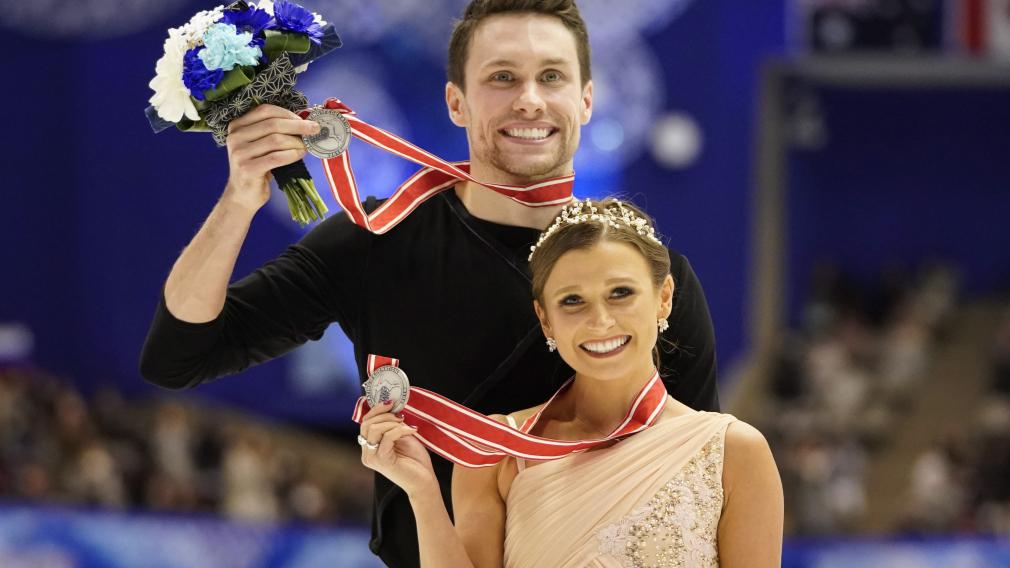 Michael Marinaro et Kirsten Moore-Towers posant avec leur médaille d'argent
