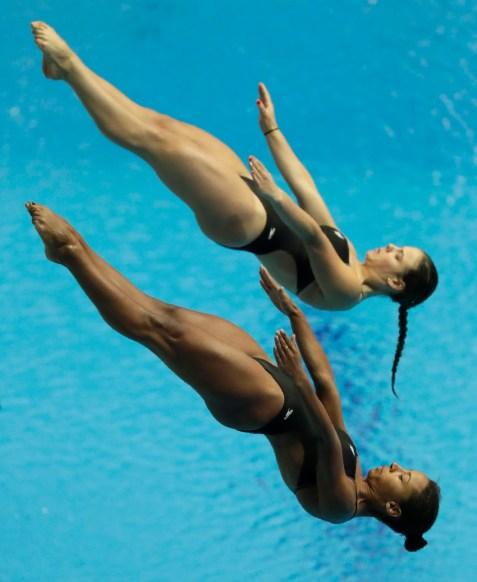 Jennifer Abel et Mélissa Citrini en plein saut.