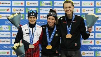 Ivanie Blondin, Martina Sablikova, et Isabelle Weidemann posent avec leur médaille