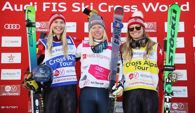 Le podium féminin de ski cross posant avec leurs skis