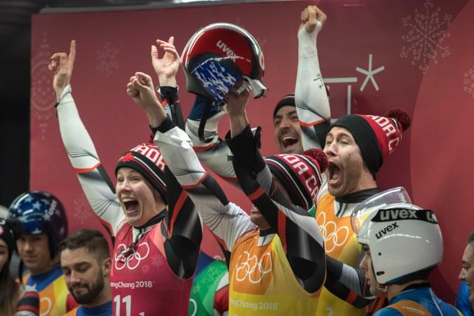L'équipe canadienne saute de joie