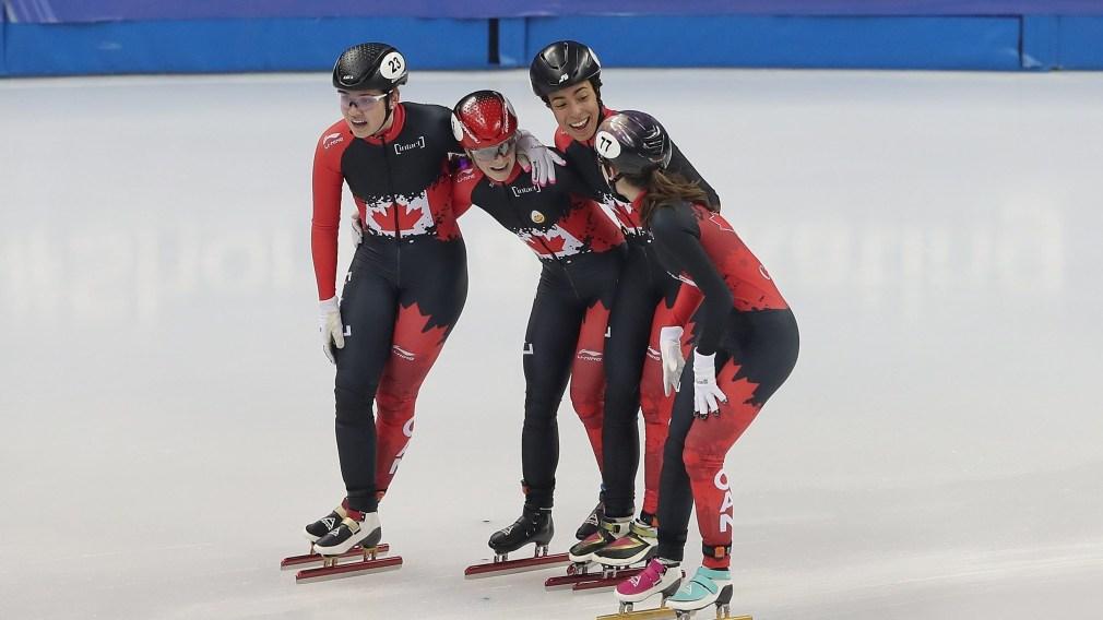 L'équipe du relais féminin se fait un câlin.