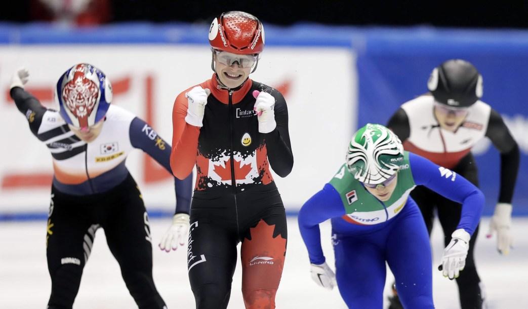 Kim Boutin célèbre après avoir gagné le 500 m.