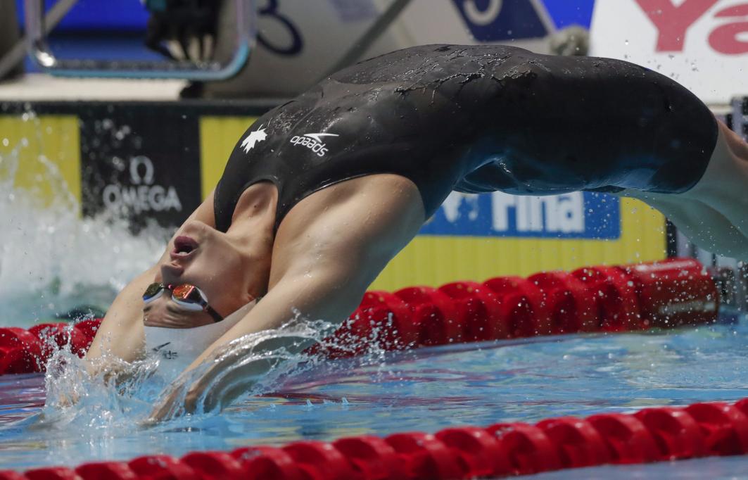 Kylie Masse plonge vers le 100 m dos.