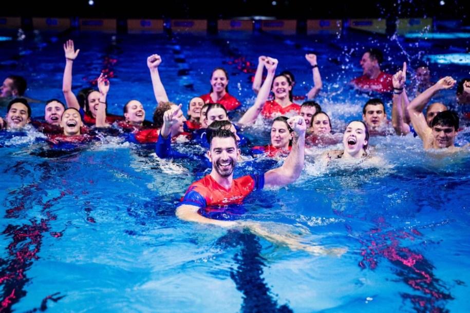 L'équipe Energy Standard dans la piscine, regarde la caméra