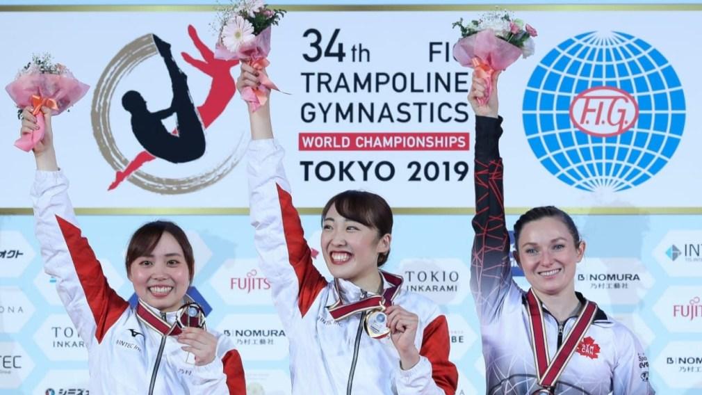 Rosie MacLennan sur le podium avec les deux autres médaillées