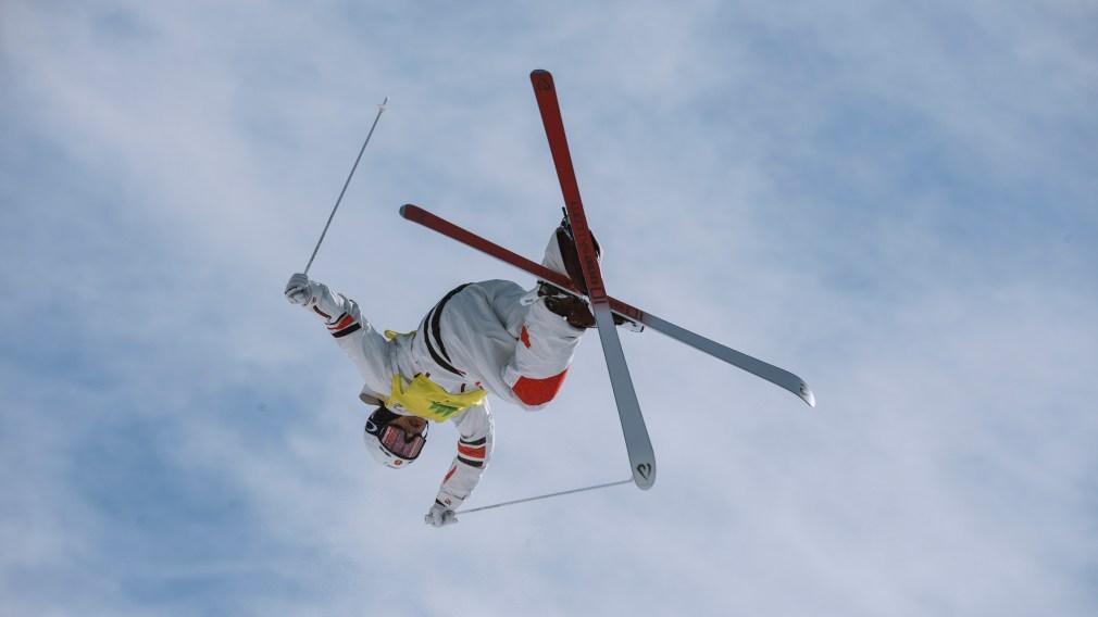 Mikaël Kingsbury effectue un saut acrobatique.
