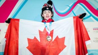 Andrew Longino montre le drapeau canadien