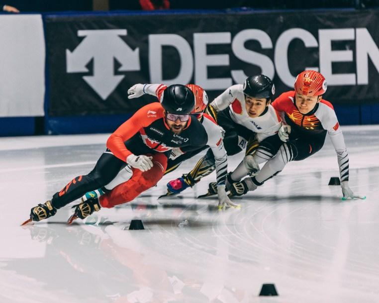 Charles Hamelin mène le peloton sur la glace.
