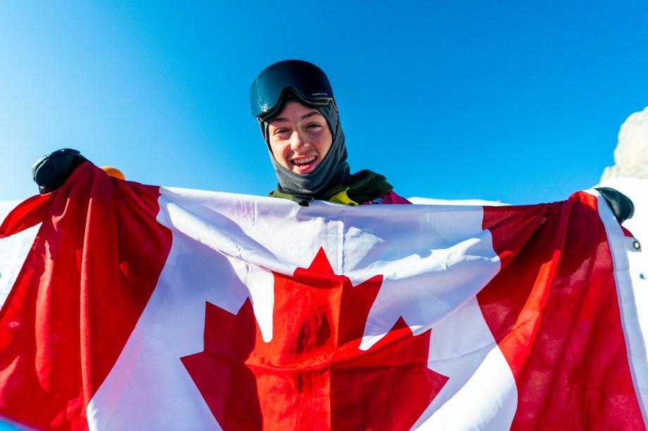 Liam Brearley pose avec le drapeau canadien à Lausanne 2020