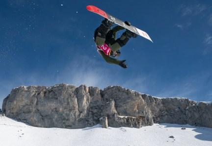 Liam Brearley en action lors des qualifications de demi-lune snowboard masculin