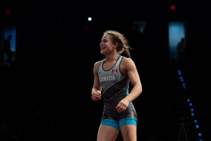 La lutteuse Linda Morais célèbre une victoire en lutte.