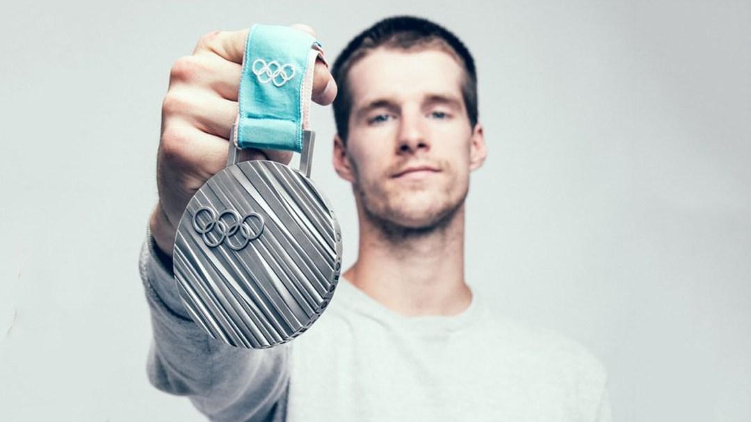Max Parrot pose avec sa médaille d'argent de PyeongChang 2018