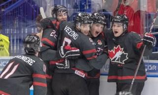 Les joueurs canadiens célèbrent