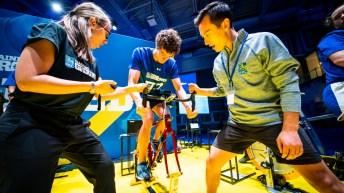 Patrick Chan encourage un jeune sur le vélo stationnaire.