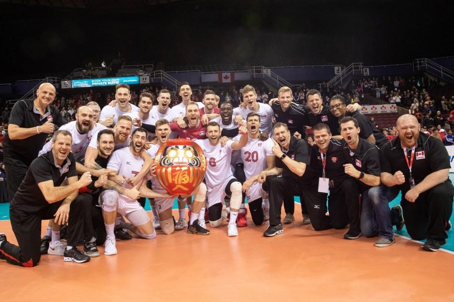 L'équipe canadienne de volleyball masculin pose pour une photo de groupe