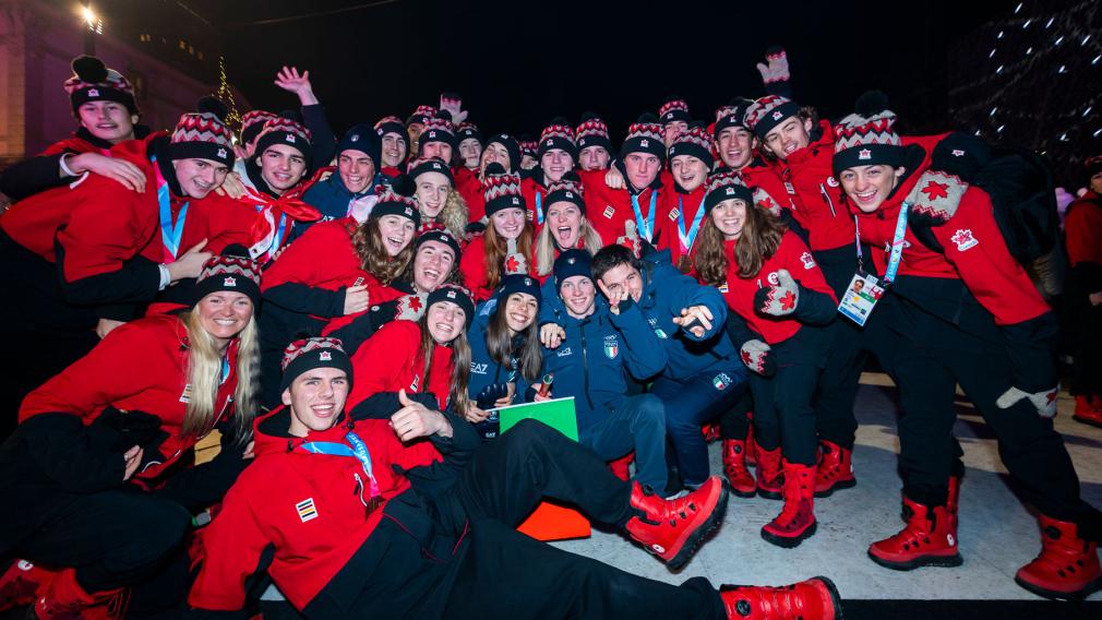 Les athlètes d'Équipe Canada posent avant la Cérémonie de clôture de Lausanne 2020
