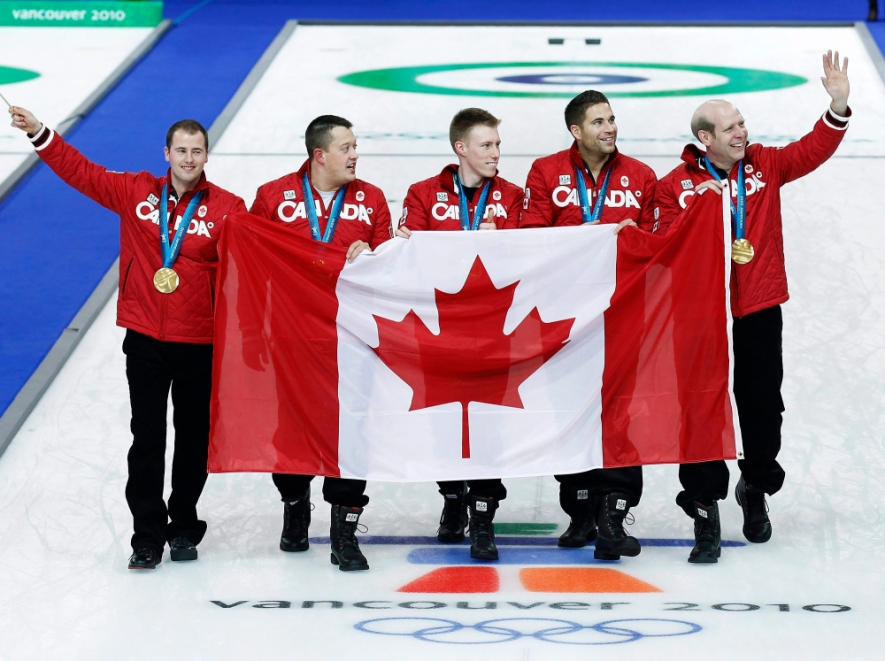 De gauche à droite : Adam Enright, Ben Hebert, Marc Kennedy, John Morris et le capitaine Kevin Martin montrent leur médaille d'or après avoir battu la Norvège lors de la finale du curling masculin aux Jeux olympiques de Vancouver, le 27 février 2010. LA PRESSE CANADIENNE/Nathan Denette